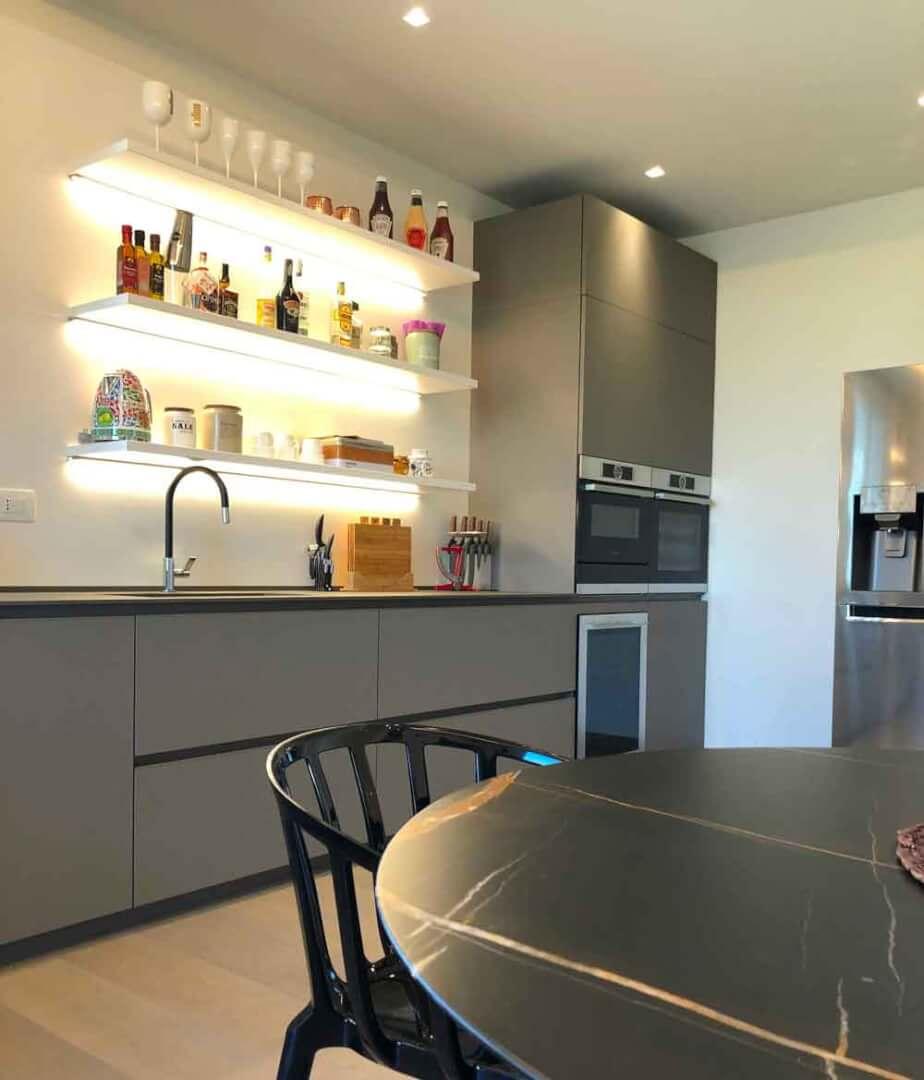 Cucina illuminata - Devincenti negozio arredamento Mantova